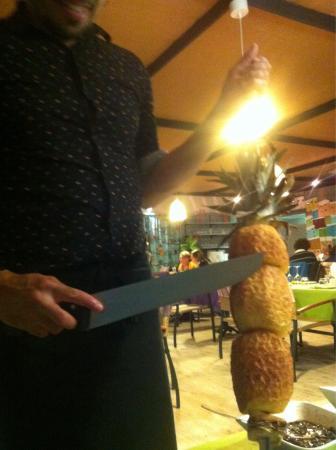 La Pampa : Ananas rôtie servie sur épée