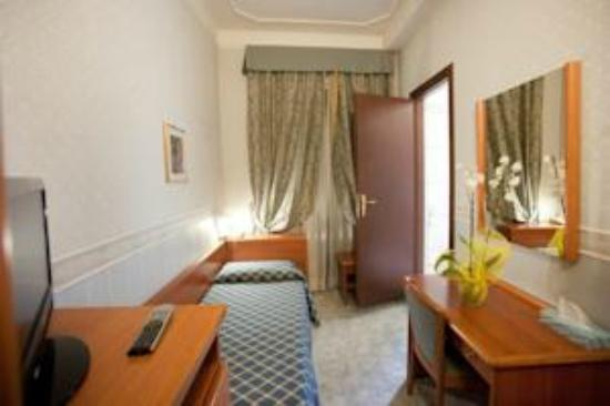 Emmaus : The single room also has a wardrobe, a minibar and flat screen TV with over 50 channels