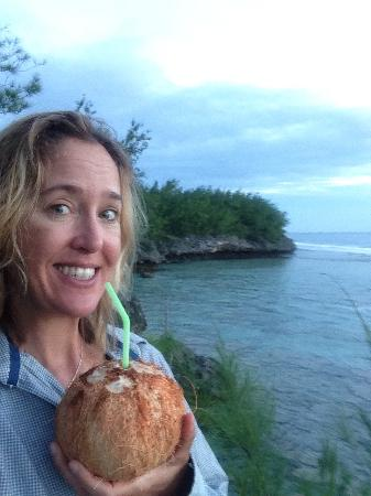 Tiare Holiday Cottages: Enjoying a coconut from Ta and Teata on the overlook by O Kiva cottage