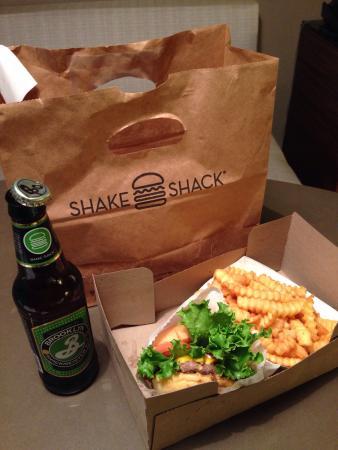 Shake Shack : NYに行ったら必ず食べると決めていたハンバーガー。想像以上の美味しさに驚きました‼︎ パンはふんわりもっちりで、パテは全く脂っこくなくあっさり。日本人好みの味だと思います!とにかくおいしいで