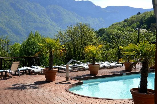 Jacuzzi chambre photo de les tresoms lake and spa for Hotel annecy piscine