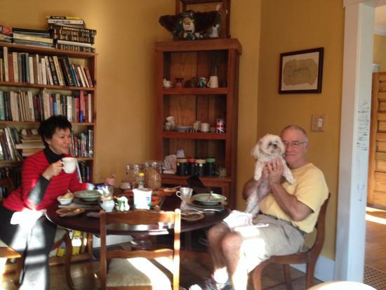 Jonesborough Bed and Breakfast: Guests enjoying breakfast