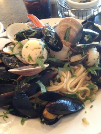 Gino's Pizzeria & Restaurant: Seafood and pasta