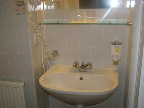 Rosen Hotel Europahaus: bathroom 1405