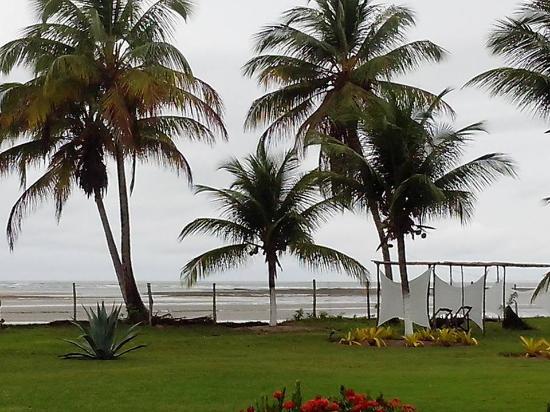 Pousada Tatiba: Jardim entre a casa e o mar