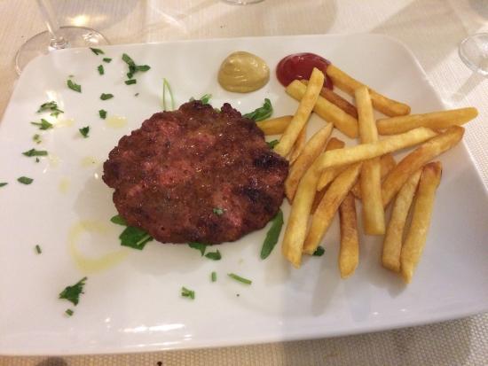 Bruno : Hamburger di filetto con patate fritte