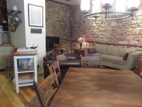 Blue Door Inn: Lower level area