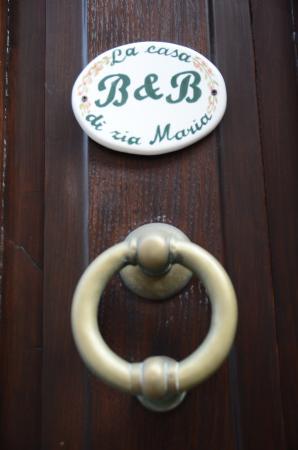Bed and Breakfast Zia Maria: Particolare del portone d'ingresso.