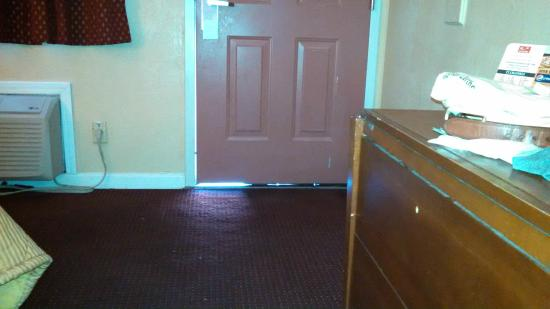 Econo Lodge West Dodge: Gap beneath the room door