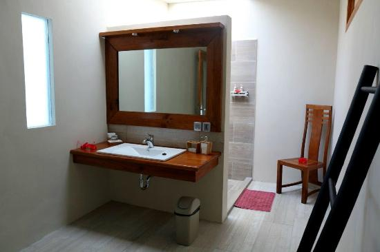 Bunaken Cha Cha Nature Resort: Ocean Beach Villa Bathroom