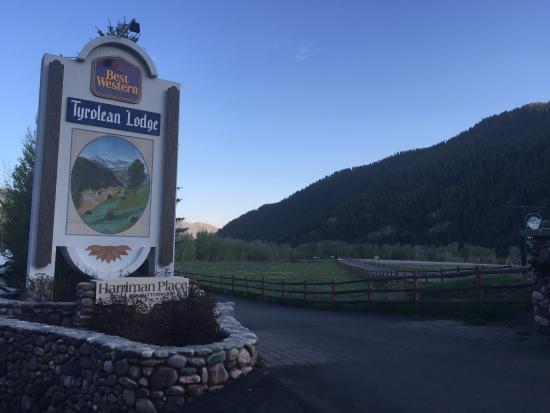 Best Western Tyrolean Lodge: View