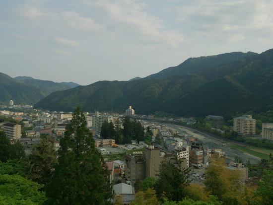 Hidasanso: 下呂市街を望む