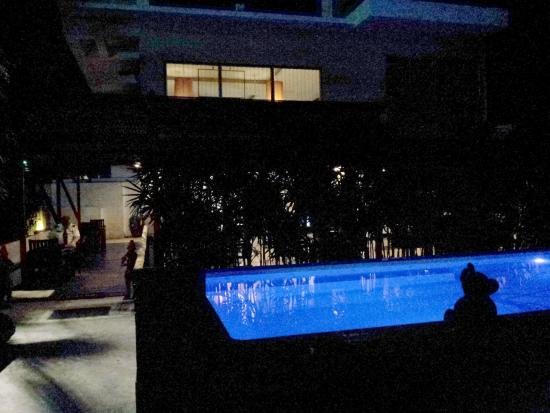 Siam Piman Hotel: The pool at night on the ground floor near the dining area
