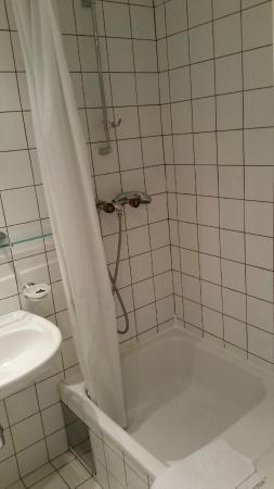 ActiLingua Apartment Hotel: Shower