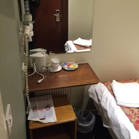 Westbury Hotel Kensington: Electric Kettle With Tea Bags, Instant Coffee  And Creamers