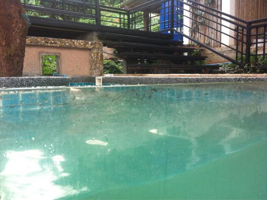 Long Ngum View Resort: Piscine enfant : vitre sale et eau plus que trouble