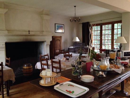 Logis Hostellerie le Blason de Provence : Breakfast