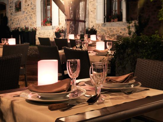 L'Auberge d'Antan: terrasse le soir