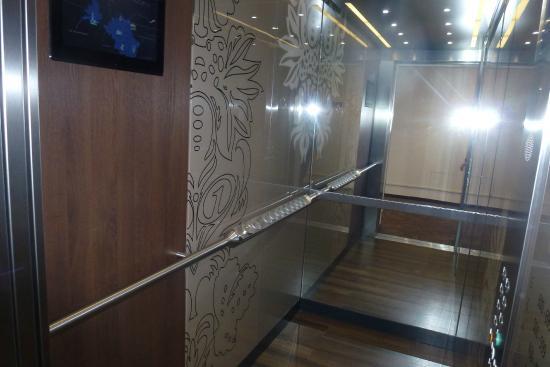Motel One Leipzig-Augustusplatz: Never saw an elevator like this - big controls on a brass rail at side