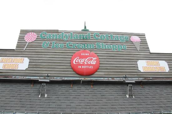 Candyland Cottage & Ice Cream Shoppe: Roof sign