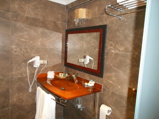 Nea Suites Old City: salle de bain zen