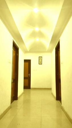 Hotel Sukhman International: room entry