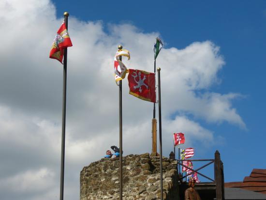 Szigliget Castle: Fahnen auf der Burgmauer
