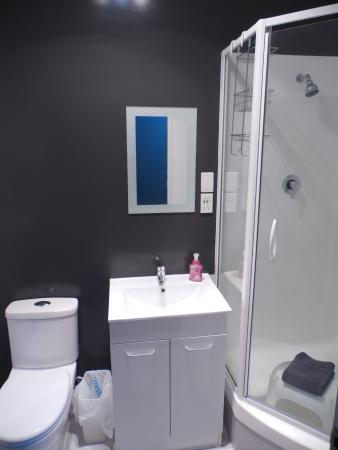 Rock Solid Backpackers: Ensuite Toilet and Shower