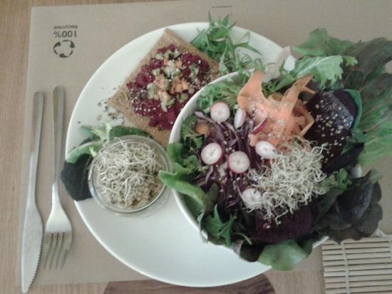 Bionectar Eco Living Raw Food: Deliciosa ensalada bio, trigo sarraceno, y un paté de remolacha sobre pan de semillas deshidrata