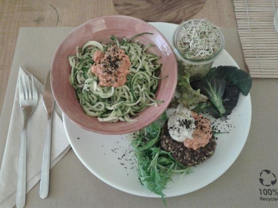 Bionectar Eco Living Raw Food: Deliciosos espaguettis de calabacin bio, trigo sarraceno, y una hamburguesa vegetal