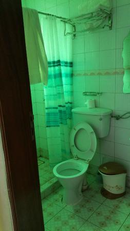 Marphie Hotel Entebbe: Bathroom and shower