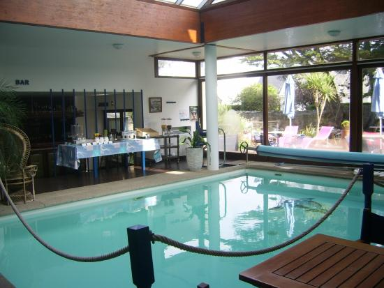 Salla petit dej autour de la piscine photo de h tel les for Hotel autour de moi