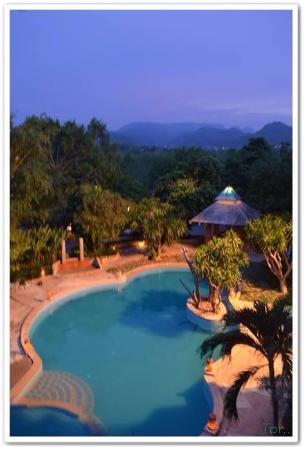 Khaoyai Fahsai Resort: สระน้ำยามค่ำ
