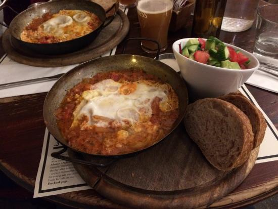 Tmol Shilshom Cafe: Classic shakshuka and home brewed apple cider - delicious!