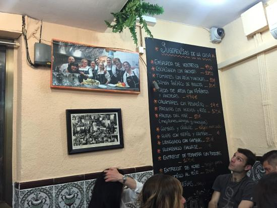 Casa Mari y Rufo : Menu on the wall and the photograph of the owners.