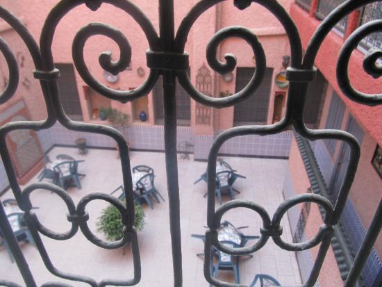 Hotel Majestic: Chambre donnant sur la cour