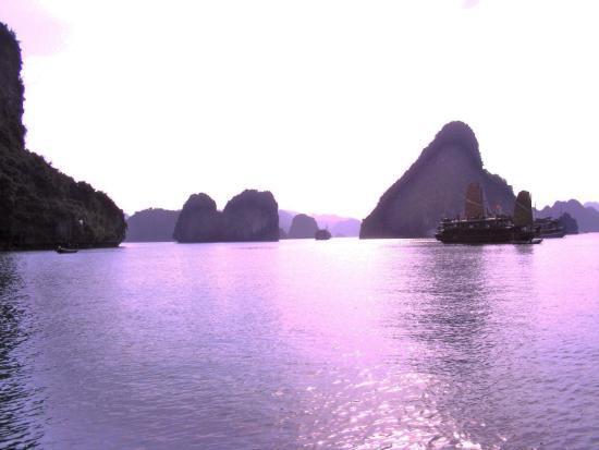 Ha Long Black Pearl Junk Day Cruise : Sunset