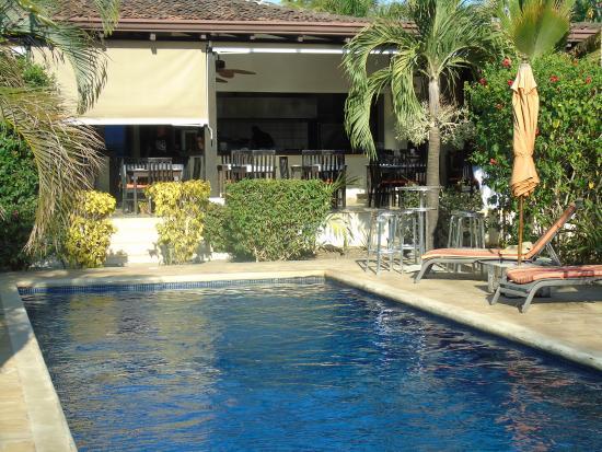 Villa Deevena: Aperçu de la piscine et du restaurant
