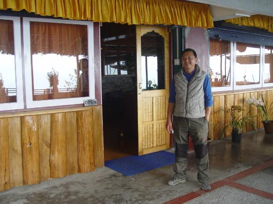 tathagata kitchen with the owner Rinzing Bhutia - the entry into the lounge