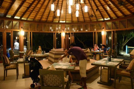 Hideaway Beach Resort & Spa: Meeru Bar and Grill and night