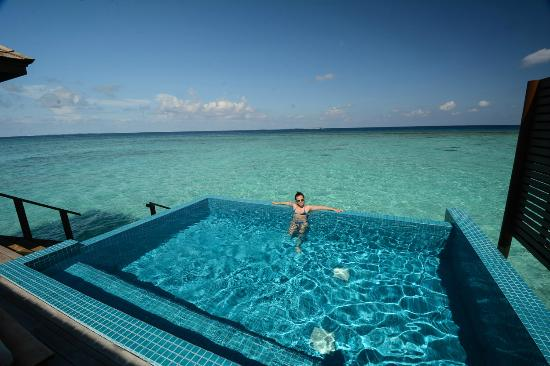 Dhonakulhi Island: my wife certainly enjoy the afternoon in the pool