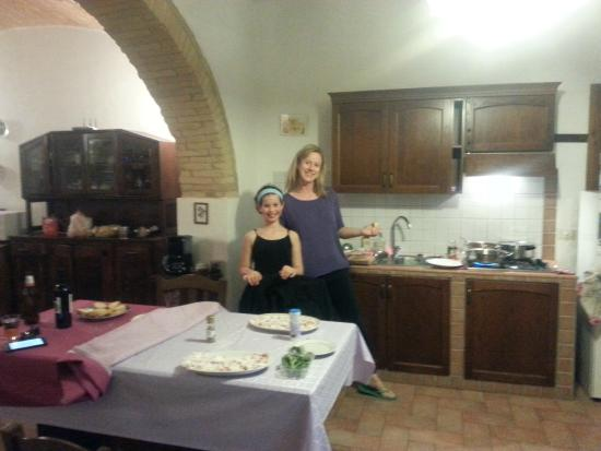 Agriturismo Poggiacolle: Wife and daughter cooking a auentic Tuscan Supper