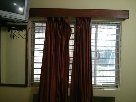 Hotel Mayura Yatrinivas Mysore: Washed but old curtains