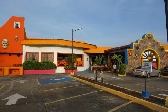 La Hacienda: Front of hotel.