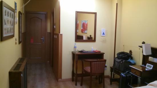 Hotel Don Pedro: Vista de la habitación desde el fondo