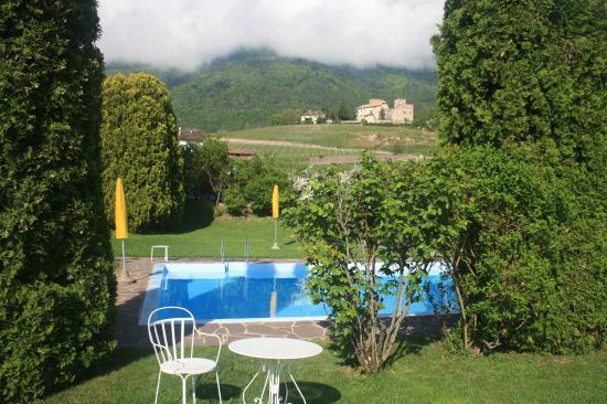 Ansitz Tschindlhof: Blick vom Garten auf den Pool und die Berge mit Burg
