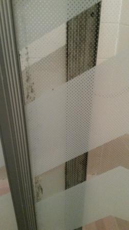 Marsden Hotel : Dirty shower screen