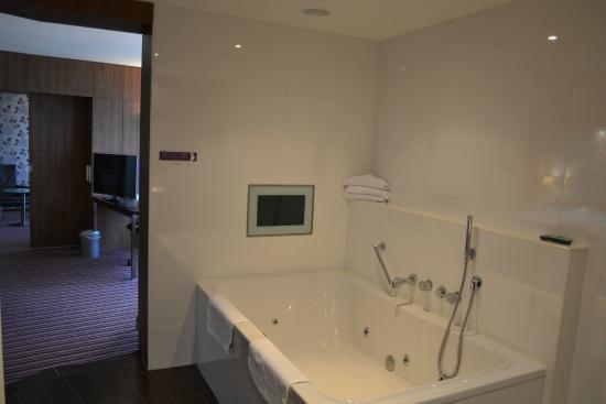 Badkamer (whirlpool met tv) - Foto van Van der Valk Hotel Ridderkerk ...