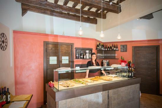 Ottimo arredamento foto di la taverna macerata for Arredamento taverna