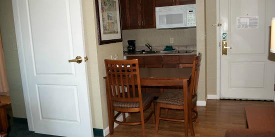 Homewood Suites Holyoke-Springfield/North: Dining and Kitchen area